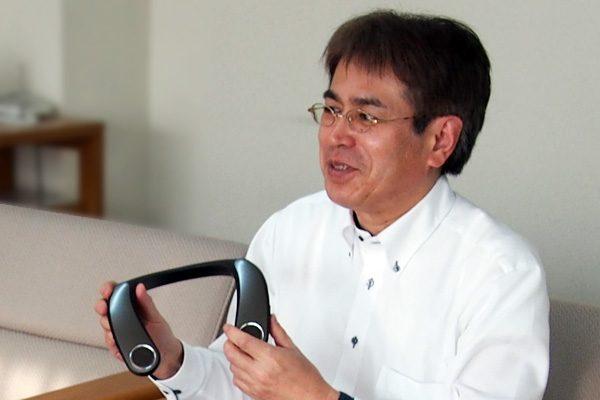 ネックスピーカーを持つ開発担当の蓑田さん
