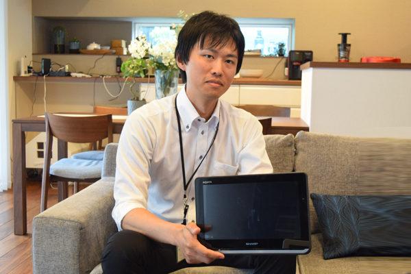 「ビームフォーミング」技術を説明する商品企画担当 三浦さん
