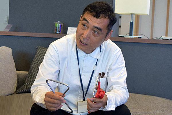 「スリムハンドルスタンド」について熱く語るデザイン担当の清水さん