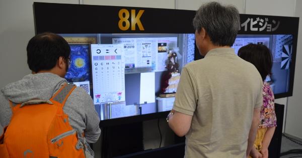 8Kとハイビジョンの映像の比較デモの様子