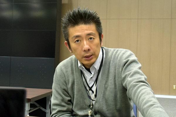 「シースルー液晶ディスプレイ」の開発を担当する ディスプレイデバイスカンパニー第1ディビジョン 第3事業部 第2開発部 課長  神志那 典彦