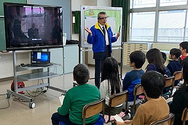 『インテリジェントビューア』を装着して説明する千葉市動物公園長 鏑木さん