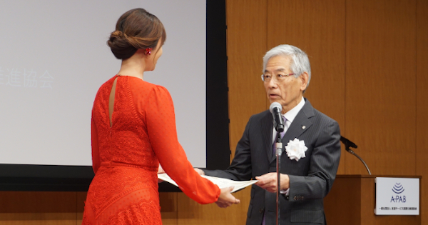 感謝状を贈るA-PABの福田理事長