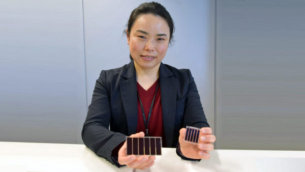 色素増感太陽電池の開発を担当した 研究開発事業本部  研究員 扇谷 恵 <左:「レスビー®」搭載の色素増感太陽電池 右:「レスビー®」製品化以前の色素増感太陽電池(試作品)>