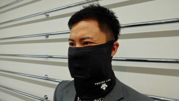 デサントジャパン株式会社 井上さま 装着しているのは、デサントジャパン株式会社から発売された当社12℃「適温蓄冷材」使用の 「適温クーリングフェイスガード」