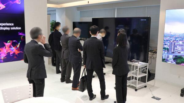 120V型 8K液晶ディスプレイ<8M-B120C>の展示コーナーに集まった来場者のみなさま