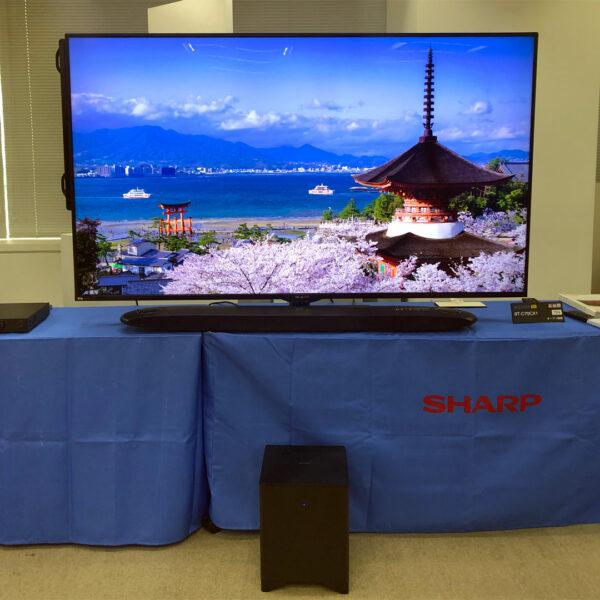 8K液晶テレビ『AQUOS 8K』<8T-C70CX1>(上)とシアターバーシステム『AQUOS オーディオ』 <8A-C22CX1>を接続して、映像と音声を体感いただきました