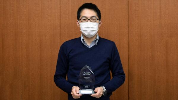 「CEATEC AWARD 2020」ニューノーマルソリューションズ部門グランプリの楯を持つ 村田さん