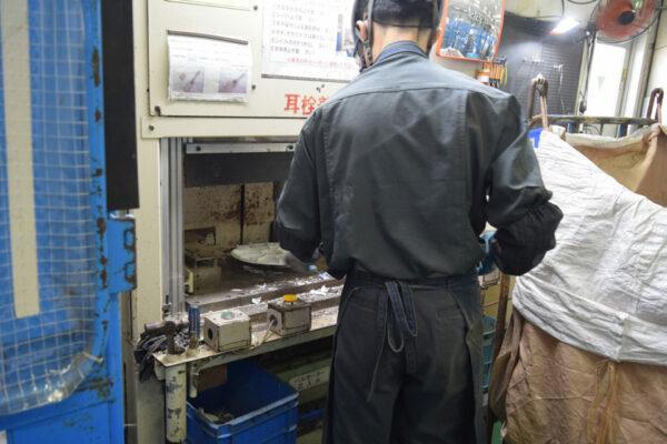 パルセータ芯抜き装置でプラスチックと金属を分離